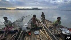 印度阿萨姆邦的渔民在布拉马普特拉河上做饭