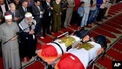 Funérailles de Mohammed Taha Hassan Bakhit et Bassam Hindawi, deux victimes d'une attaque au mortier contre un poste de contrôle au sud de la capitale provinciale du Sinaï Ismailiya, Egypte, 20 mars 2016.