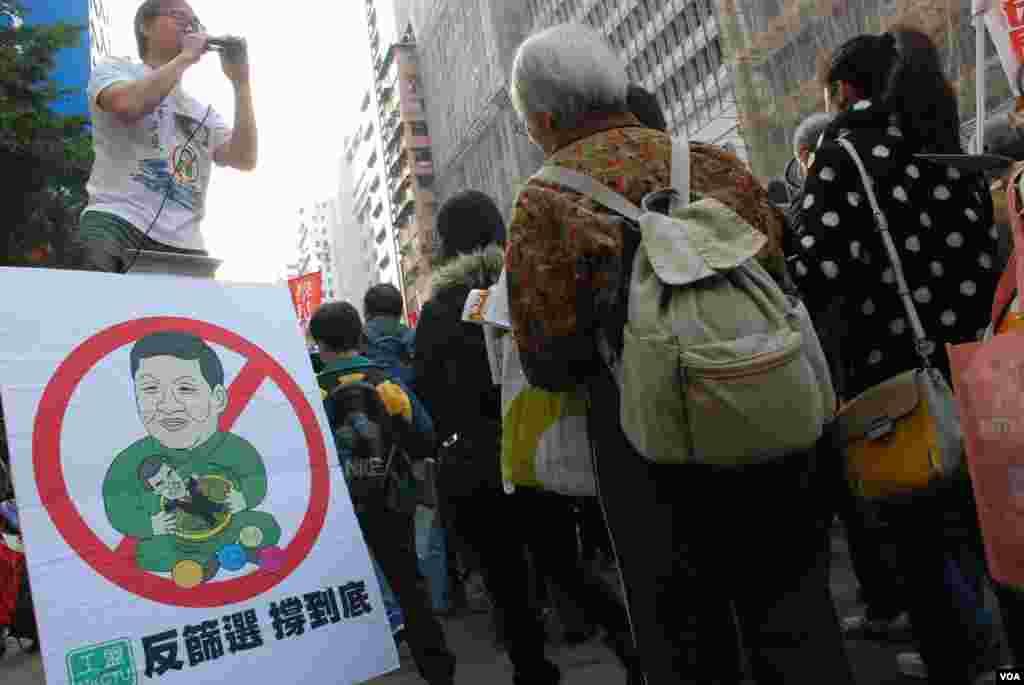 有組織在遊行街站擺設反對北京領導人設特首篩選機制的圖畫
