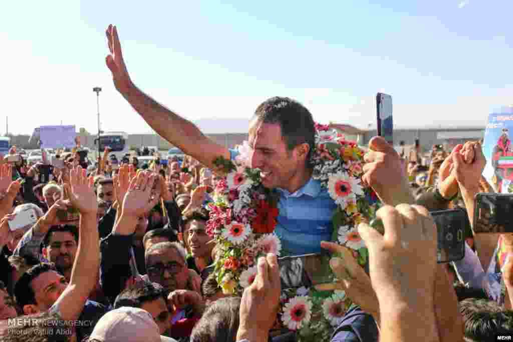 استقبال مردم تبریز از عظیم قیچی ساز. او تنها هیمالیانورد ایرانی است که توانسته به همه چهارده قله هشت هزار متری صعود کند. عکس: وحید عبدی