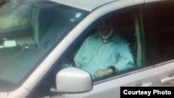 麻萨诸塞州奥伯恩警方在脸书公布的某家长装成恐怖小丑吓唬孩子的照片。警方计划对此人提出指控。