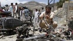 یک افغان از صحنه انفجار انتحاری در ولایت لغمان عکس می گیرد، ۹ مه ۲۰۱۱