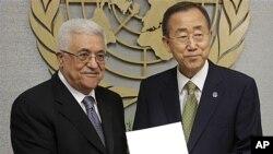 미국 뉴욕의 유엔본부에서 마흐무드 압바스 팔레스타인 수반으로부터 받은 유엔 가입 신청서를 들고 악수하는 반기문 유엔사무총장(우)