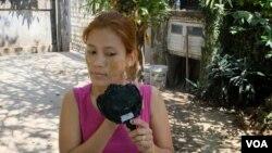 Một phụ nữ bôi thanaka lên má. (Steve Herman/VOA News)