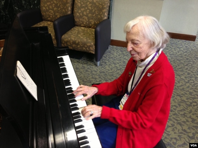 Cerlene Rose plays piano every Friday in the lobby of Sibley Hospital in Washington, D.C. (J. Taboh/VOA)