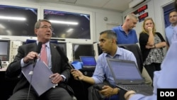 美国国防部长卡特在从夏威夷飞往新加坡途中听取情况介绍(国防部照片)