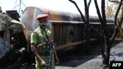 Um soldado guarda o camião carbonizado após