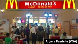 Restoran-restoran makanan cepat saji seperti McDonalds dan Pizza Hut populer di India.