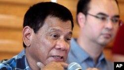 菲律宾当选总统杜特尔特在菲律宾南部城市达沃举行的记者会上答记者问。