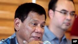 菲律宾当选总统杜特尔特在菲律宾南部城市达沃举行的记者会上回答问题。