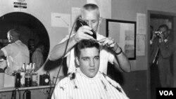 Elvis Presley se cortó el cabello el 24 de marzo de 1958 para poder entrar ese mismo día a las Fuerzas Armadas de EE.UU.