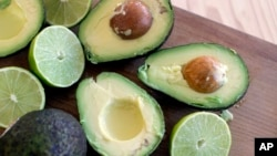 آوکادو میوهای است که در مناطق استوایی رشد میکند