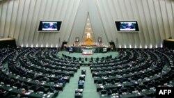 Presiden Iran Hassan Rouhani menyampaikan pidato di hadapan parlemen baru di Teheran, 27 Mei 2020.