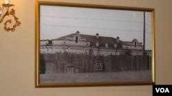 滴血教堂中展出的關押沙皇和家人的伊帕吉耶夫住宅照片。(美國之音白樺拍攝)
