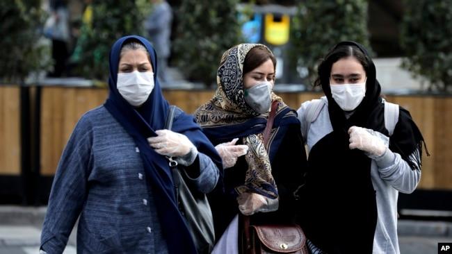 Ciudadanas iraníes en una calle del centro de Teherán, usan máscaras protectoras contra el coronavirus, el domingo 23 de febrero de 2020.