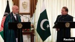 하미드 카르자이 아프가니스탄 대통령(완쪽)이 26일 파키스탄 이슬라마바드에서 나와즈 샤리프 파키스탄 총리와 회담했다.
