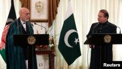 Tổng thống Afghanistan Hamid Karzai (trái) phát biểu trong 1 cuộc họp báo chung với Thủ tướng Pakistan Nawaz Sharif tại Dinh Thủ tướng ở Islamabad, 26/8/2013