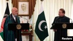 Tổng Thống Afghanistan Hamid Karzai (trái) và Thủ Tướng Pakistan Nawaz Sharif tại cuộc họp báo chung
