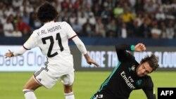 Le milieu de terrain émirati d'Al-Jazira, Yaqoub al-Hosani, à gacuhe, est face au milieu de terrain croate du Real Madrid Mateo Kovacic lors de la demi-finale de la Coupe du Monde des Clubs de la FIFA à Abu Dhabi le 13 décembre 2017.