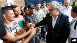 El secretario general de la OEA, Luis Almagro, saluda a migrantes venezolanos en un refugio en La Parada, Colombia, el 14 de septiembre de 2018.