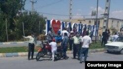 Sulduz şəhərinin girişində konstruksiyanın sökülməsinə etiraz edən vətəndaşlar