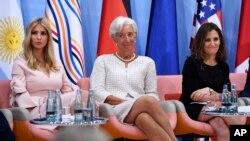 "Putri presiden AS, Ivanka Trump, Direktur Pelaksana IMF Christine Lagarde dan Menteri Luar Negeri Kanada Chrystia Freeland menghadiri ""Acara Keuangan Wirausaha Wanita (Women's Entrepreneurship Finance Event)"" pada KTT G-20 di Hamburg, Jerman, 8 Juli 2017."