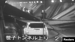 日本山梨縣隧道坍塌現場閉路電視畫面顯示救援人員正在進行搶救。