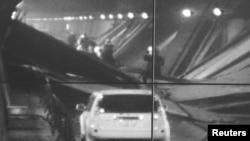 Изображение с камеры наблюдения туннеля Сасаго. Яманаси, Япония. 2 декабря 2012 года
