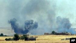 Asap dari serangan udara AS di Suriah, sepertii terlihat di Akcakale, perbatasan antara Turki dan Suriah (14/6).