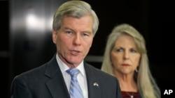 維吉尼亞州的一個聯邦陪審團日前判處前州長麥克唐納夫婦犯有腐敗罪。(麥克唐納夫婦2014年1月資料照片)