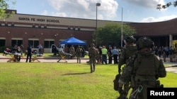 18일 총격 사건이 발생한 미 텍사스주 산타페 고등학교에 중무장한 치안 병력들이 출동했다.