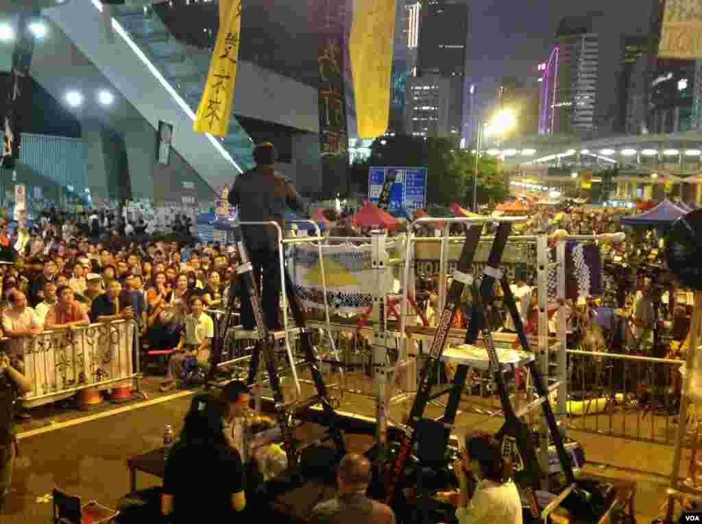 数千市民星期四晚在金钟占领区集会 (美国之音图片/海彦拍摄 )
