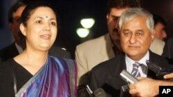 امریکا میں بھارتی سفیر میرا شنکر، بائیں، ایک فائل فوٹو میں۔