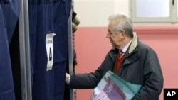 24일 투표소에 들어가는 몬티 총리