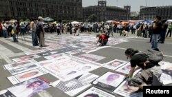Fotos de personas desaparecidas o asesinadas durante una protesta en el Zócalo de México el 30 de mayo de 2012.