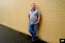 Nate Mullins, mantan bartender di Oak, Harbor, Washington, hidup dari tunjangan pengangguran, sambil mencari pekerjaan yang lebih baik (AP/Elaine Thompson)