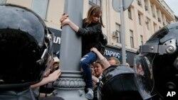 12일 러시아 모스크바 시내에서 경찰이 시위대를 진압하고 있다.
