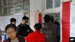 台灣選民在總統及立委選舉投開票所排隊投票的情況