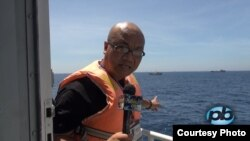 Nhà báo Vũ Hoàng Lân, Phố Bolsa TV, tường thuật tại điểm nóng giàn khoan Hải Dương 981, gần quần đảo Hoàng Sa, trên boong tàu Cục Kiểm Ngư (18/5/2014)