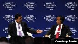 Presiden Joko Widodo bersama PM Kamboja Hun Sen di World Economic Forum di Hotel Shangri-La, Jakarta (20/4). (Dokumentasi Biro Pers Kepresidenan)