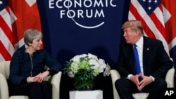 Presiden AS Donald Trump (kanan) bertemu PM Inggris Theresa May di sela-sela Forum Ekonomi Dunia di Davos, Swiss, 25 Januari 2018 lalu.