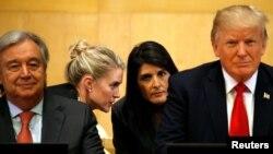 Secretário-geral da ONU, António Guterres, (esq), Presidente americano Donald Trump (dir.); por trás de Trump a embaixadora americana para a ONU, Nikki Haley, na Assembleia Geral da ONU a 18 de Setembro 2017