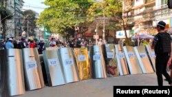 在缅甸仰光,抗议者搭起盾构,为可能的冲突做准备。