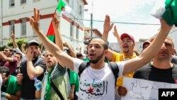 Des étudiants algériens scandent des slogans pendant une manifestation dans la capitale, Alger, le 21 mai 2019.