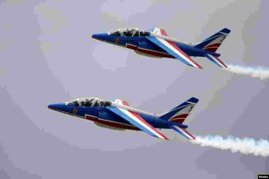 ایئر شو کے دوران فرانسیسی فضائیہ کے دو طیارے فلائی پاسٹ کر رہے ہیں۔