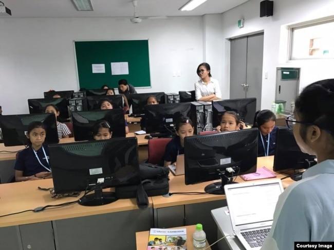 កញ្ញា ទេស ពុទ្ធិរ៉ា គ្រូបង្វឹកផ្នែកបច្ចេកទេសខាងការសរសេរកូដបណ្តុះបណ្តាលក្រុមកុមារីដែលបានបង្កើតកម្មវិធីសម្រាប់លក់ផលិតផលខ្មែរតាមទូរស័ព្ទឈ្មោះ Cambodia Identity Product នៅសាលា Ligar Learning Center។ (រូបថតផ្តល់ឲ្យដោយ Technovation Cambodia)