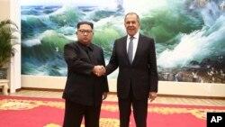 Lãnh tụ Triều Tiên Kim Jong Un và Ngoại trưởng Nga Sergei Lavrov, Bình Nhưỡng, ngày 31/5/2018.