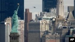 Patung Liberty dengan latar belakangan pencakar langit di Manhattan, kota New York.