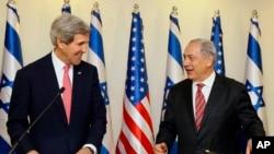 12月5日﹐美國國務卿克里(左)與以色列總理內塔尼亞胡在耶路撒冷的辦公室進行會談後與媒體見面。