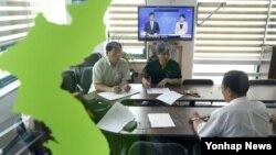 금강산 관광에 투자한 기업인들의 모임인 금강산기업인협의회 간부들이 21일 서울 협의회 사무실에서 대책회의를 하고 있다.